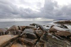 Море развевает на утесах стоковое фото