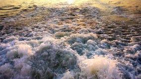 Море развевает пузыри и заход солнца за паромом видеоматериал