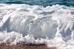 Море развевает с пеной в верхней части стоковые изображения rf