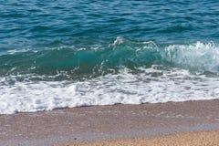 Море развевает с пеной в верхней части стоковое фото rf