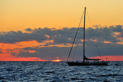Море Сардинии - sailing на заходе солнца Стоковые Изображения