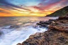 Море светлого сумерк небо утеса голубое Стоковые Изображения RF