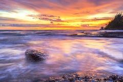 Море светлого сумерк небо утеса голубое Стоковая Фотография RF