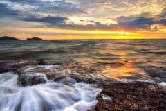 Море светлого сумерк небо утеса голубое Стоковые Фотографии RF