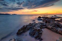 Море светлого сумерк небо утеса голубое Стоковые Изображения