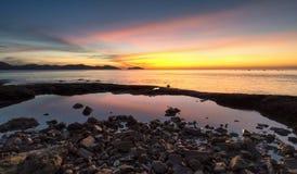 Море светлого сумерк небо утеса голубое Стоковая Фотография