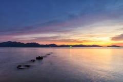 Море светлого сумерк небо утеса голубое Стоковое Изображение