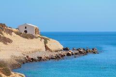 Море, скалистое побережье и церковь Порту-Torres, Италия Стоковая Фотография RF
