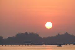 Море с восходом солнца в harboพ Стоковые Фото