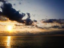 Море с облаками на солнечности Стоковое Изображение