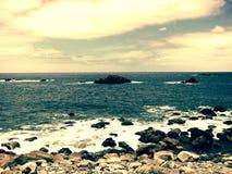 Море с пляжем камней Стоковые Фотографии RF