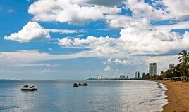Море с шлюпками и взглядами Паттайя, Пхукета стоковое изображение rf