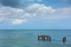Море, узкая полоска земли горизонт старая пристань стоковая фотография rf