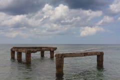 Море, узкая полоска земли горизонт Старое pierHorizon старая пристань стоковые изображения