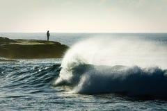 море утесов рыболова уединённое Стоковое Изображение