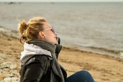 Море холода девушки Стоковые Фото