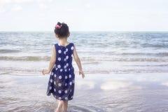 Море andl девушки Стоковое Изображение