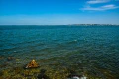 Море Bangsaen и голубое небо Стоковая Фотография RF