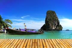 Море krabi Таиланда с бамбуковым полом Стоковые Фотографии RF