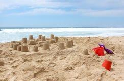 море sandcastle пляжа предпосылки Стоковые Изображения