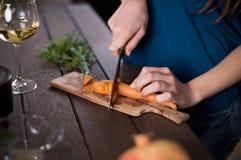Моркови вырезывания женщины Стоковые Изображения