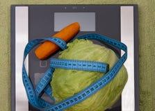 Моркови и салат на масштабах Стоковые Фотографии RF