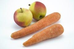 Моркови и яблоки изолированные на белой предпосылке стоковая фотография