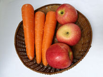Моркови и яблоки стоковые изображения