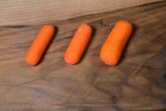 Моркови младенца на разделочной доске стоковое изображение rf