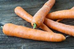Моркови на деревянном столе comcept земледелия Стоковая Фотография RF