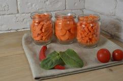 Моркови отрезанные в различных частях в шаре стоковая фотография rf