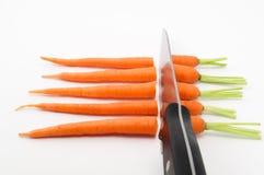 Моркови прерванные с острым ножом Стоковые Изображения RF