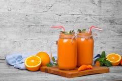 Морковь и апельсиновый сок Бутылки здоровой, органические, smoothie плодоовощ на деревянной предпосылке Коктеиль Vegan скопируйте Стоковые Изображения