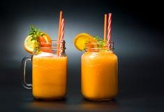 Морковь и оранжевые смешанные smoothies плодоовощ стоковое изображение