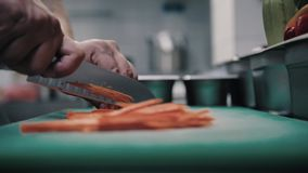 Морковь отрезков шеф-повара с острым ножом сток-видео