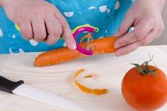 Морковь шелушения домохозяйки Стоковое Изображение RF