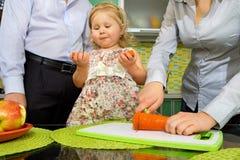 морковь яблок ест девушку немного стоковые изображения