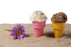 Мороженное клубники и шоколада в песке пляжа Стоковое фото RF