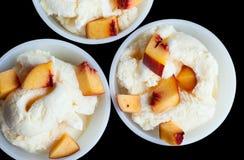 Мороженое ванили 3 при персик изолированный на черноте Стоковое Изображение