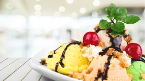 Мороженое в белом шаре на предпосылке Стоковая Фотография