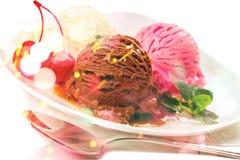 Мороженое в белом шаре на предпосылке Стоковое Изображение