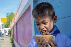 Мороженое в хлебе дети любят съесть стоковые изображения