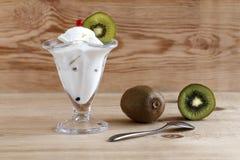 Мороженое и зрелые кивиы Стоковые Изображения RF