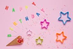 Мороженое и украшения, конфета и звезды на розовой предпосылке, поздравительном письме стоковые изображения