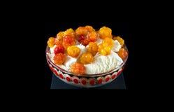 Мороженое и cloudberrys Стоковые Изображения