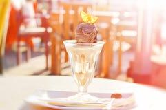 Мороженое карамельки и шоколада украшенное с оранжевым куском Стоковые Фотографии RF