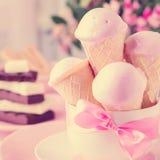 Мороженое клубники в конусах waffle Стоковое Фото