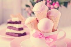 Мороженое клубники в конусах waffle Стоковые Фото