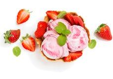 Мороженое клубники в шаре вафли, осматривает сверху стоковые фотографии rf
