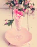 Мороженое клубники с льдом в форме сердца в стеклах Стоковые Изображения RF